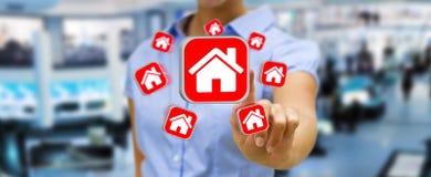 使用现代应用的女实业家租赁公寓 免版税库存图片