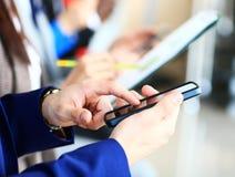 使用现代智能手机或手机的商人 库存照片
