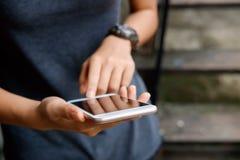 使用现代智能手机设备的年轻行家女孩 免版税图库摄影