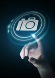 使用现代照相机应用3D翻译的女实业家 库存照片