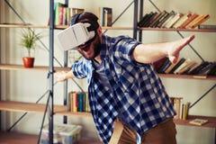 使用现代VR耳机玻璃,供以人员飞行在虚拟现实中 库存照片