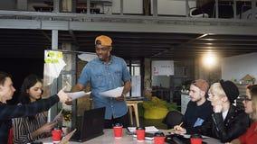 使用玻璃委员会,创造性的黑男性上司教练提出报告,给经营计划并且与雇员谈话 影视素材