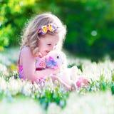 使用用兔子的小女孩 免版税库存照片