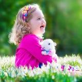 使用用兔子的小女孩 图库摄影