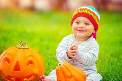 使用用南瓜的逗人喜爱的婴孩 库存照片