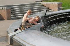 使用用在喷泉的水的孩子在Sokolniki公园 图库摄影