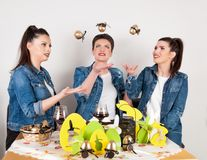 使用用复活节彩蛋的愉快的女孩在美丽的装饰的假日书桌 免版税库存照片