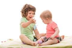 使用用复活节彩蛋的婴孩 免版税库存照片