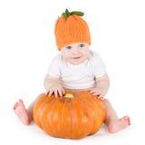 使用用大南瓜的滑稽的可爱的矮小的婴孩 免版税库存图片