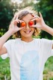 使用用李子的快乐的女孩 图库摄影