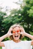 使用用李子的快乐的女孩 库存图片