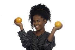 使用用桔子的十几岁的女孩 库存照片