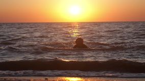 使用用水的妇女在海在惊人的日落 在假日假期旅行期间,释放 慢的行动 1920x1080 股票录像