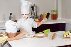 使用用面粉的两个傻的孩子 库存照片