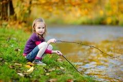使用由一条河的可爱的女孩在秋天天 免版税库存图片