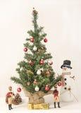 使用由圣诞树的音乐家 免版税库存照片