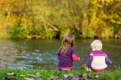 使用由河的两个孩子 库存图片