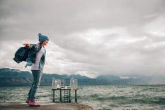 使用由湖的甜小女孩在一个非常大风天 库存照片