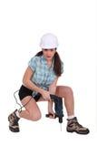 使用电动工具的妇女 免版税库存照片