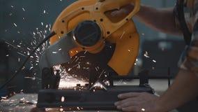 使用电子有角磨床的技工的特写镜头视图强的手在工厂,火花分开飞行 工作在过程中 股票视频