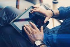 使用电子片剂的商人在办公室 人触板屏幕手指 被弄脏的背景 水平 图库摄影