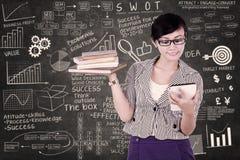 使用电子选项的女实业家 免版税库存照片