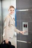 使用电梯的女实业家 库存图片