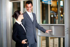 使用电梯的生意人女实业家 免版税图库摄影