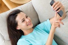 使用电话无所事事的生活方式家休闲的妇女 库存照片
