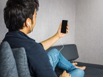 使用电话的人对录影电话或作为selfie 库存图片