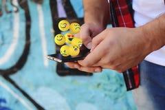使用电话的人送emojis 免版税库存照片