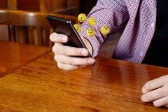 使用电话的人送emojis 图库摄影