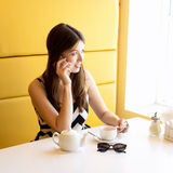 使用电话的城市生活谈话在咖啡馆 免版税图库摄影