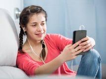 使用电话的女孩 免版税库存图片