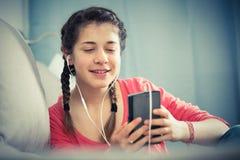 使用电话的女孩 免版税图库摄影