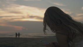 使用电话的妇女在海滩 影视素材