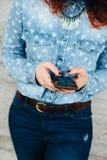 使用电话的妇女手 免版税库存照片