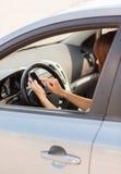 使用电话的妇女,当驾驶汽车时 库存照片