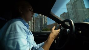使用电话的妇女,当驾驶汽车,交通事故,疏忽的司机时的风险 股票录像