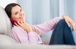 使用电话的妇女 免版税库存图片