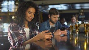 使用电话的年轻人在酒吧,忽略活通信,瘾概念 股票录像