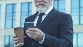 使用电话的老商人在咖啡休息,移动照片在人脉 股票视频