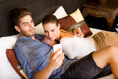 使用电话的年轻夫妇在一个亚洲旅馆客房 免版税库存照片