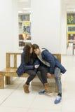 使用电话的年轻男性和女性少年 库存图片