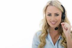 使用电话耳机的可爱的年轻女商人 免版税库存图片