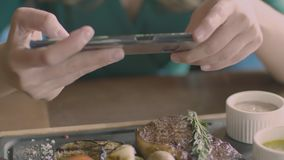 使用电话,妇女手做食物照片牛排 股票视频