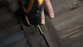 使用电钻,人紧固门折页对家具细节 股票录像