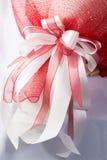 使用白色和桃红色丝带,做了花束 库存图片