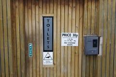 使用的公共厕所WC投入硬币后自动操作的薪水在室外公园 免版税库存图片