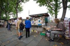 使用的和文物的书塞纳河的待售左岸 库存图片